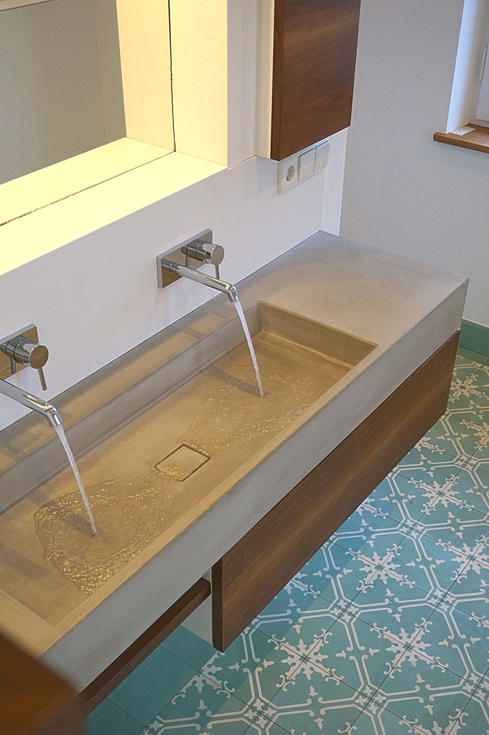 neues bad im denkmal waschtische aus beton betonm bel urbandesigners. Black Bedroom Furniture Sets. Home Design Ideas